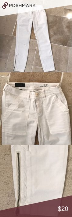 J crew off white Cargo pants Size 25 Like new off white J Crew Cargo pants size 25. Love the zipper Ankle detail. Great opportunity!  Make an offer. J. Crew Pants Ankle & Cropped
