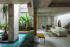 Vista interior zona de estar. Casa Fin de semana por SPBR arquitectos. Fotografía © Nelson Kon.