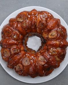 Chocolate Chip Banana Monkey Bread 3 bananas, cut into coins, 2 cut into half-coins) 1 cup dark chocolate chips 3 cans biscuit dough 1 cup sugar 3 teaspoons cinnamon Glaze 2 sticks butter cup brown sugar Garnish Banana Coins Dark chocolate chips Monkey Bread, Monkey Cakes, Just Desserts, Delicious Desserts, Yummy Food, Health Desserts, Bananas, Breakfast Recipes, Dessert Recipes