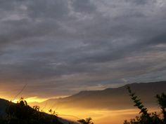Loco amanecer. éste me impactó. De esos que sólo se ven en un segundo y a las 5:30 am y desde arriba en la montaña
