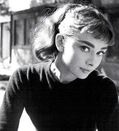 Audrey Hepburn was a British actress and humanitarian. Although modest about her acting ability, Hepburn remains one of the world's most famous actresses of all time Citations Audrey Hepburn, Audrey Hepburn Mode, Audrey Hepburn Photos, Audrey Hepburn Bangs, Aubrey Hepburn, Brigitte Bardot, Stil Inspiration, Cecil Beaton, Roman Holiday