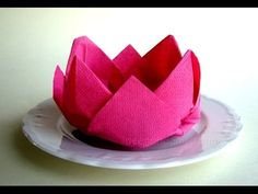 Napkin folding rose - How to fold napkins - Easy tutorial Servietten falten – Rose / Blüte / Blume – einfache Tischdeko selber machen. Napkin Folding Rose, Bunny Napkin Fold, Christmas Napkin Folding, Napkin Rose, Cloth Napkins, Paper Napkins, Serviettes Roses, Origami Tutorial, Dinner Napkins