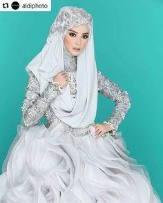 #Repost @aldiphoto with @repostapp ・・・ Kolaborasi in luxury ❤️ Photoshot by @aldiphoto @jokiphotography  Makeup by @bennusorumba  Hijaber by @sanggarmiarosa  Dress by @anniesahasibuanofficial @anniesahasibuan  Venue : @zeusstudio  Model : @barbie_ima  Henna by @barbie_ima  #bridalstyle #bridge #bridalgown #hijab #hijabers #hijabfashion #photoshoot #photography ™@aldiphoto