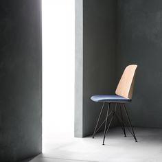 Une chaise de bureau moderne contemporaine, épurée, bleu et rose, en tissu et bois, Zanotta sur Marie Claire Maison