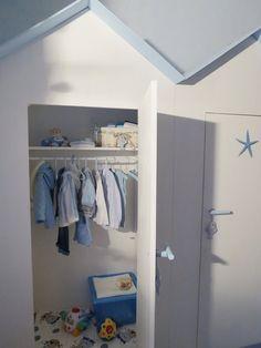"""L'armadio dei bambini in una cabina  Per l'iniziativa """"I tuoi lavori diventano protagonisti"""", una nostra lettrice propone il suo armadio per bambini, ispirato alle cabine da spiaggia. Per sentirsi al mare anche d'inverno."""