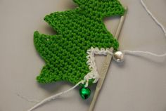 Crochet Christmas tree pattern and tutorial: Positioning the 'bauble' before making the next st