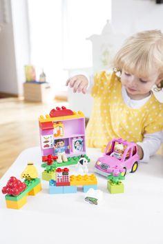 Mädchen spielt mit Lego Duplo