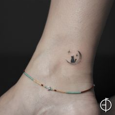 Minimal kedi ve ay dövmesi minimal cat moon tattoo Tiny Cat Tattoo, Cute Tiny Tattoos, Dainty Tattoos, Cat Tattoo Designs, Small Tattoo Designs, Sun Tattoos, Body Art Tattoos, Tatoos, Small Finger Tattoos