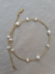 🌸 A beautiful necklace in gold seed beads and real freshwater pearls. The beads are tiny Japanese Miyuki beads, and the freshwater pearls are all in different sizes, the biggest is 12mm long. 🌼 SIZE Necklace is 42.5 cm long, if you want it longer I can add an extention chain. If you want shorter (choker style 38-39cm), then please let me know. 🌻 MATERIAL Freshwater pearls are naturally made and all the pearls I use are irregular in shape. Bead Jewellery, Beaded Jewelry, Beaded Bracelets, Cute Jewelry, Jewelry Accessories, Jewelry Design, Diy Necklace, Necklace Designs, Tiffany Necklace