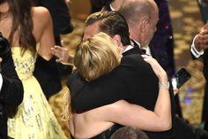 Photo: AP/AFLO そして受賞の瞬間、ケイト・ウィンスレットと交わした友情の証。  「#OscarSoWhite」騒動で、本番前から物議を醸していた今回のアカデミー賞。出席をキャンセルするセレブも相次いだ中、「私は友人であるレオが受賞するのを見るために出席する」と友情の厚さを感じさせるコメントを表明していた、ケイト・ウィンスレット。ご本人も助演女優賞でノミネートしており、惜しくも受賞を逃したものの、レオ受賞の発表の後には駆け寄ってその受賞を祝福していました。1997年公開の『タイタニック』で共演して以来、ずっと友人として親交を深めていたという2人。セレブたちのこんなにパーソナルでドラマティックな人間模様が見られるのも、アカデミー賞の醍醐味です。 Eri Imamura