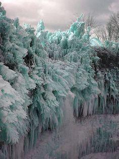 まるで巨大アート!泡まで閉じ込めて大自然が作った氷が力強くて美しい!
