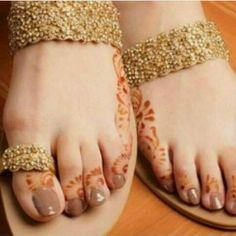 Henna Look Fashion, Fashion Shoes, Bridal Sandals, Bridal Shoes, Indian Shoes, Beautiful Toes, Shoe Gallery, Mehndi Designs, Shoe Collection