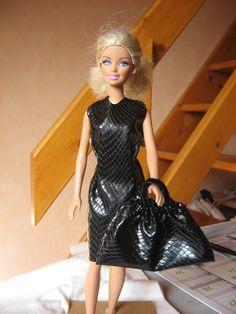 """Encore une robe pour la Miss, dans l'air du temps, car il faut bien garnir la """"boutique"""", dont l'ouverture est prévue ces jours-ci.. Voici tout d'abord le patron en pdf à télécharger  - robe noire barbie imitation serpent.pdf Pour la faire il vous faudra,..."""