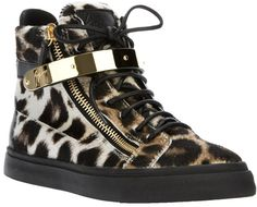 €385, Braune Hohe Sneakers mit Leopardenmuster von Giuseppe Zanotti. Online-Shop: farfetch.com. Klicken Sie hier für mehr Informationen: https://lookastic.com/women/shop_items/8855/redirect