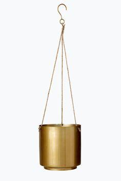 Amppeli ja metalliruukku. Juuttinaru ja metallinen ripustuskoukku. Ruukun mitat: ø 15 cm, korkeus 16 cm. Kokonaiskorkeus 58 cm. <br><br>