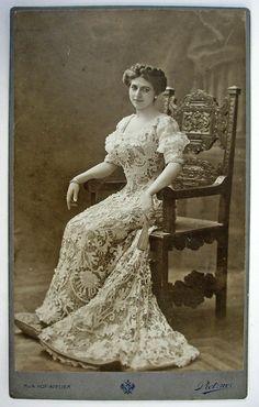 Foto van Mata Hari met haar handtekening en opdracht, 1907