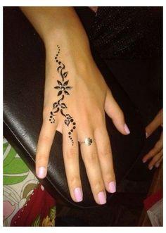 Simple Henna Tattoo, Henna Tattoo Hand, Simple Hand Tattoos, Simple Henna Art, Simple Henna Patterns, Hand Tattoos For Women, Tattoo Forearm, Henna Designs Easy, Tattoo Designs For Girls