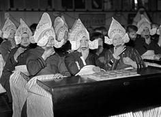 VOLENDAM - Schoolkinderen in klederdracht, in Volendam, eten beschuit met  muisjes ter gelegenheid van de geboorte van de nieuwe prinses (Beatrix) gisteren.  ANP PHOTO KO ZEYLEMAKER. 01-02-1938.