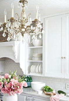 Chic Kitchen Cupboards 29 Best Shabby Chic Kitchen Decor Ideas and Designs for 2019 Cottage Shabby Chic, Cocina Shabby Chic, Shabby Chic Mode, Shabby Chic Kitchen Decor, Estilo Shabby Chic, Shabby Chic Style, Cottage Style, Cottage Design, French Country Kitchens