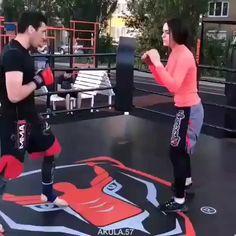 Self-defense for women - Sportwagen - Klassisches Auto - Fantastisches Auto Mma Workout, Kickboxing Workout, Gym Workout Tips, Martial Arts Workout, Martial Arts Training, Boxing Training, Self Defense Moves, Self Defense Martial Arts, Martial Arts Women