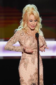 Dolly Parton and Jane Fonda were scheduled to present their 9 to 5 costar Lily Tomlin with a lifetime achievement award at the SAG Awards on Sunday, but when Celebrity Singers, Female Singers, Hottest Female Celebrities, Celebs, Sexy Older Women, Sexy Women, Dolly Parton Pictures, Musica Country, Beautiful Girl Image