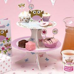 Deze cupcake standaard van de uiltjes collectie mag niet ontbreken op je feestje! Plaats deze standaard op het buffet met sandwiches of cupcakes op. Als cupcakes je keuze is, laat ze dan afwerken met de cases van dezelfde collectie!