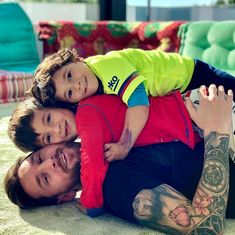 Lionel Messi Beautiful Picture With Kids Neymar, Lional Messi, Messi Fans, Messi Soccer, Ronaldo Soccer, Camp Nou, Gareth Bale, Ballon D'or, Messi And Wife