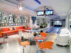 In questa stanza io voglio una zona da bowling perché mi piace giocare con i miei amici. Ho bisongo di tanti televisori a schermo piatto per prendere punteggio quando giochiamo insieme. Li voglio mettere in alto cosi possiamo vedere punteggio. Voglio una stanza dove qualcosa succede sempre.