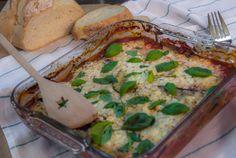 Melanzane is een klassieke Italiaanse ovenschotel van laagjes aubergine, courgette, tomatensaus, basilicum en kaas. Om deze schotel een beetje licht te houden, zijn de mozzarella én Parmazaanse kaas vervangen voor Hüttenkäse. Deze kaas bevat een stuk minder vet dan andere vergelijkbare kazen. Of dat lekker is? Jazeker. Super gemakkelijk om te maken en heerlijk met wat brood erbij. Eet smakelijk!