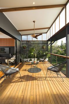 If you are living in your own house or a rental place, you can vary your interior design choice to transform your living quarters into a home. Those with a budget can use affordable interior design products in order to spruce up one room or revamp an. Patio Deck Designs, Patio Design, Garden Design, Patio Roof Covers, Cabin In The Woods, Patio Layout, Porch Garden, Small Backyard Landscaping, Small Patio