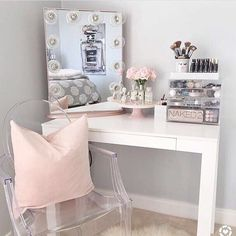 If you love makeup, then you need a makeup vanity table. A vanity table will keep all your makeup organized and will give you a comfortable place to apply it. You can create a makeup area that suits your style. Sala Glam, Rangement Makeup, Vanity Room, Vanity Mirrors, Vanity Set, Bedroom With Vanity, Teen Vanity, Closet Vanity, Diy Vanity