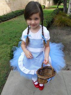 Dorothy verkleedjurk! Blauwe tule en een blauw geruit schortje (niet zo heel moeilijk om te maken denk ik)! Vergeet de rode schoentjes niet!