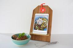 DIY ipad standaard maken - handig voor in de keuken. Gemaakt van een broodplank. Kijk voor de beschrijving op: http://www.zook.nl/DIY/i-pad-standaard-voor-mama