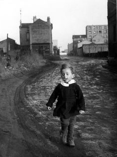 L'enfant papillon, Saint Denis , 1945 - Robert Doisneau