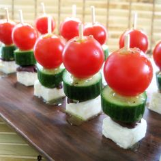 Greek Salad Bites -Persian cucumbers -Greek Kalamata Olives -Cherry Tomatoes -Feta Cheese -Drizzled with Olive Oil & Red Wine Vinegar Best Appetizers, Appetizer Recipes, Bon Ap, Good Food, Yummy Food, Cooking Recipes, Healthy Recipes, Greek Salad, Appetisers