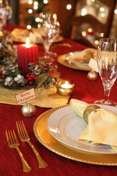 38 Elegant Christmas Table Settings - Stylish Holiday Table Centerpieces christmas table setting<br> You won't believe what a difference a fir branch and holiday ribbon can make. Christmas Dining Table, Christmas Table Settings, Holiday Tables, Holiday Dinner, Gold Christmas Decorations, Christmas Tablescapes, Tree Decorations, Deco Table Noel, Elegant Christmas