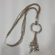 Como me gusta el collar que acabo de diseñar. El hilo de lino le da un acabado muy veraniego. Feliz día.