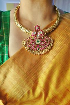 Gold Bangles Design, Gold Jewellery Design, Gold Jewelry, Jewelry Design Earrings, Necklace Designs, Indian Bridal Jewelry Sets, Chocker, Jewelry Patterns, Saree