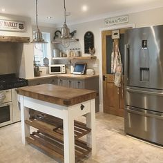 33 Country Kitchen Models You'll Want To Copy Pictures - Home Arragement Small Country Kitchens, Country Kitchen Designs, Beautiful Kitchen Designs, Cottage Kitchens, Beautiful Kitchens, Home Kitchens, Farmhouse Kitchen Island, Wooden Kitchen, Kitchen And Bath