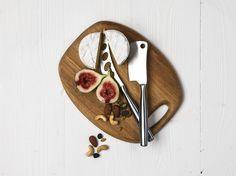 Drewniane deski nie tylko świetnie sprawdzają się przy przygotowywaniu potraw. Można śmiało na nich podawać przekąski, sery, wędliny. Jeśli są elegancko wykonane można je także wykorzystać jako podkładki pod gorące naczynia serwowane na stole. Drewno dębowe wygląda bardzo stylowo i ma piękny kolor! http://dukapolska.com/catalogsearch/result/?q=d%C4%99bowa