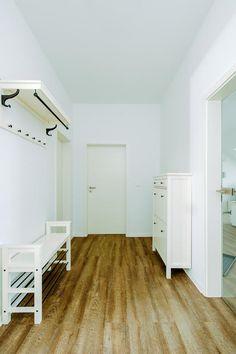sch ner altbauflur mit kleinen pflanzen spiegel und bildernische wohnung in berlin berlin. Black Bedroom Furniture Sets. Home Design Ideas
