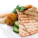 [LIBANAISE]   Il existe un très grand nombre de plats libanais. Parmi eux, le Koussa Mehchi (des courgettes farcis cuites avec ou sans viande), le Chich Taouk (poulet mariné dans une sorte d'aïoli avec du citron puis grillé), le Kafta (agneau haché avec des herbes fraiches et de l'oignon), le Djaj Mechwi (poulet grillé), le Samké Harra (poisson épicé avec de la crème de sésame), le Fassouliya (haricot coco à l'huile d'olive et à l'ail)…
