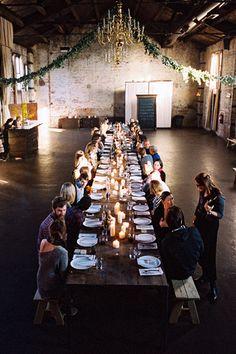 Tables, bougies et grosse guirlande (à faire en lierre)