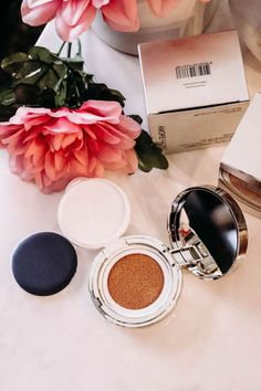Looking for a great cushion foundation? The Amorepacific Cushion Compact could be it - it's lightweight, comfortable, and easy to wear. Compact Foundation, Matte Foundation, Creative Eye Makeup, Simple Makeup, All Natural Skin Care, Organic Skin Care, Skin Care Center, Flat Lay Photography, Product Photography