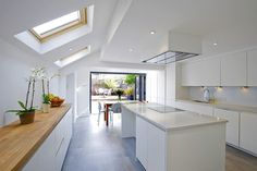 Hire interior designers and builders London for loft conversions and house extensions, such as side return kitchen extensions for Victorian terraced houses. Get an instant online quote and see how you can benefit from a side return extension. Open Plan Kitchen Dining, Open Plan Living, Living Room Kitchen, New Kitchen, Side Return Extension, Rear Extension, Extension Ideas, Extension Google, Kitchen Diner Extension