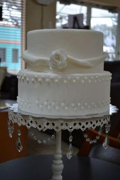 Small pearl cake perfect for a small wedding.