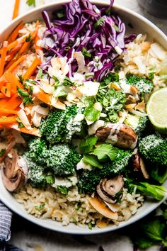 What's green, filling, and delicious all over? This green curry Buddha bowl! Thanks to it's exotic green curry sauce, this meat-free and veggie-packed dish is the healthiest thing you'll ever love. Green Curry Sauce, Green Curry Vegan, Curry Bowl, Italian Chopped Salad, Asian, Healthy Eating, Clean Eating Vegetarian, Easy Meals, Dinner Recipes