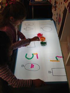 Seguimos experimentando con la mesa de luz y hoy os presentamos dos actividades con números. En la imagen superior podéis ver cómo orden...