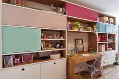 OPEN HOUSE   LUCIANA PENNA, a designer de interiores sente-se verdadeiramente acolhida no lar que construiu ao lado do marido, Rodolfo Basano, e dos seus pequenos. Afinal, além de ter transformado o apartamento de 180m² em um pequeno paraíso particular, moderno e prático, ela conseguiu o que muitos sonham: viver de forma leve mesmo com a correria do dia a dia e o caos da cidade. Kids Storage, Children's Place, Open House, Corner Desk, Kids Room, Bookcase, Shelves, Interior Design, Bed