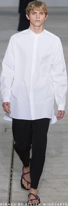 Jil Sander Spring 2018 Fashion Show Fashion Pants, Boy Fashion, Fashion Show, Mens Fashion, Creative Shirts, Mens Style Guide, Pants Style, Men Street, Gentleman Style